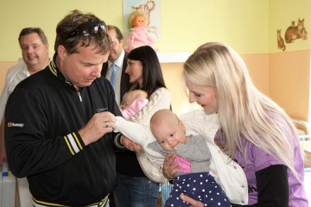 Martin France a skupina Holki předali přístroj, který hlídá srdce dětí.